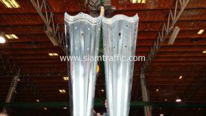 แผ่นการ์ดเรลยาว 4.32 เมตร ส่งไปที่โครงการแขวงทางหลวงจันทบุรี ตอน เขาไร่ยา-แพร่งขาหยั่ง จำนวน 17 แผ่น